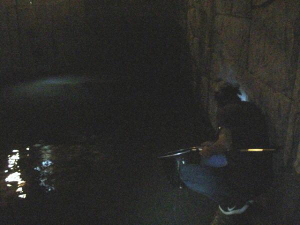 台風直前の浜名湖で魚を獲る夫